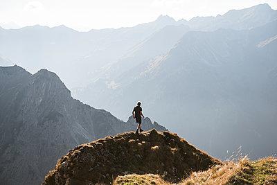 Junger Wanderer in den Bergen - p1142m2056555 von Frithjof Kjer