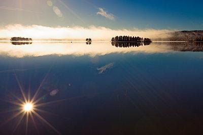 Morgensonne spiegelt sich im See - p235m1071743 von KuS