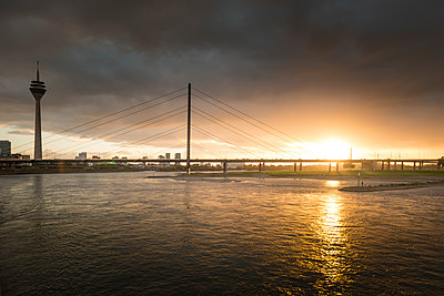 Germany, Duesseldorf, Oberkassel Bridge with Media Harbour in the background at twilight - p300m2081498 by Süleyman Kayaalp