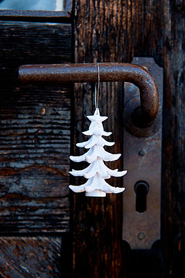 Weißer Deko Weihnachtsbaum - p533m1111561 von Böhm Monika