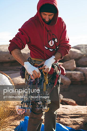 Man with climbing equipment on cliff at Canyonlands National Park - p1166m2258433 by Cavan Images