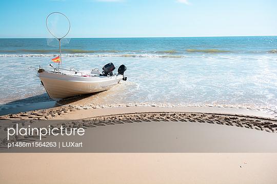 Motorboot am Strand - p1486m1564263 von LUXart