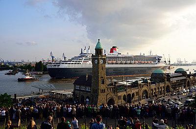 Queen Mary 2 in Hamburg - p324m1195627 von Bildagentur Hamburg