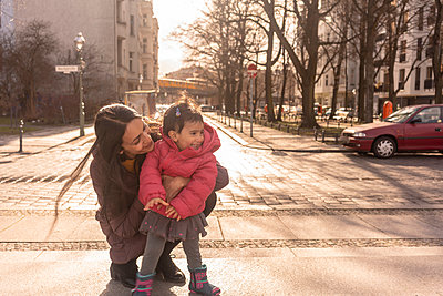 Mother and daughter on pavement - p429m2091572 by Tamboly