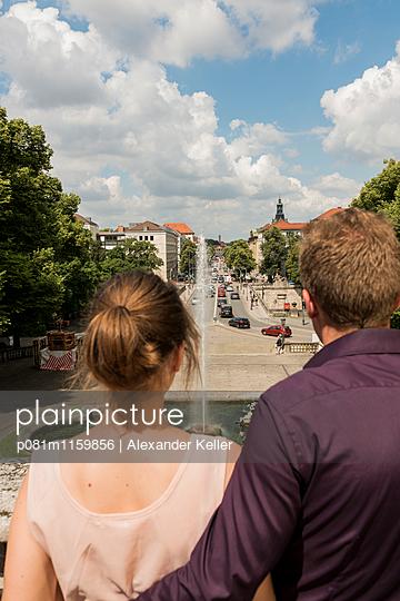 Pärchen blickt auf München - p081m1159856 von Alexander Keller