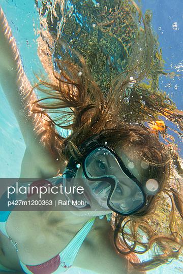 Frau im Pool - p427m1200363 von R. Mohr