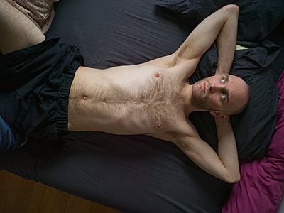 Bare-chested man with bald head - p1267m2043231 by Jörg Meier