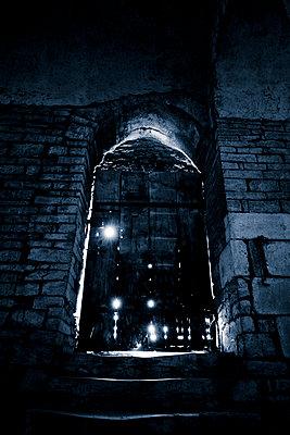 Lichtstrahlen dringen durch die Tür - p248m908429 von BY