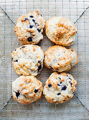 Still life of blueberry scones on cooling rack - p429m1022536 by Magdalena Niemczyk - ElanArt