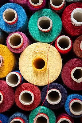 Roter Faden - p954m1065881 von Heidi Mayer