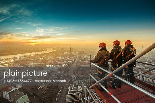 Gerüstbauer bei Einrüstung der St. Nikolai-Kirche mit Blick auf Hamburg und den Hafen I - p1493m1584477 von Alexander Mertsch