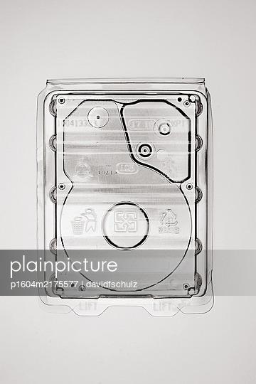 Festplatte in Verpackung - p1604m2175577 von davidfschulz