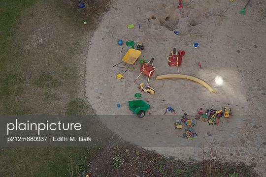 Spielplatz - p212m889937 von Edith M. Balk