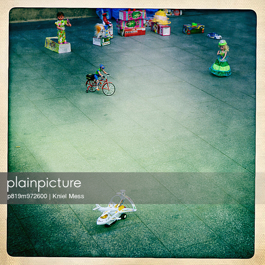 Nostalgisches Spielzeug auf dem Gehweg - p819m972600 von Kniel Mess