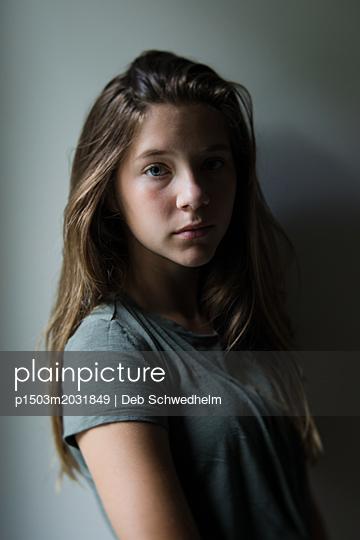 Porträt eines Mädchens - p1503m2031849 von Deb Schwedhelm