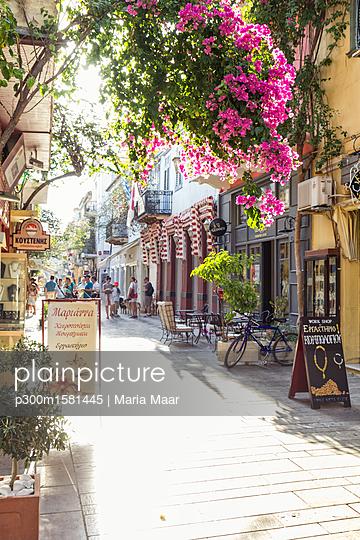 Greece, Peloponnese, Argolis, Nauplia, Old town, alley and flowering bougainvillea - p300m1581445 by Maria Maar
