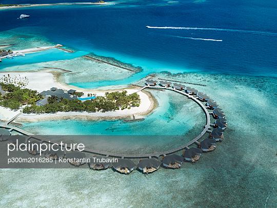Maldives, Aerial view of water bungalows - p300m2016285 von Konstantin Trubavin