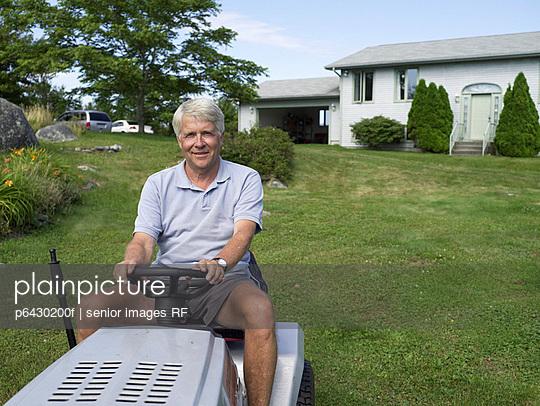 Senior auf einem Aufsitzrasenmäher  - p6430200f von senior images RF