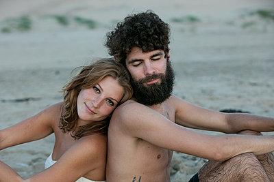 Junges Paar glücklich im Sand - p1212m1168760 von harry + lidy