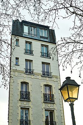 Residential building with street lamp and tree in Winter - p1312m2164036 by Axel Killian