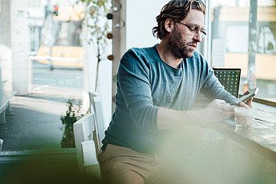 Deutschland, NRW, Essen, Cafè, Business, Lockdown, verlassen, Mann, 41 Jahre - p300m2275515 von Joseffson