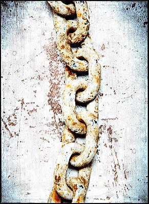 Alte Eisenkette - p451m1362376 von Anja Weber-Decker