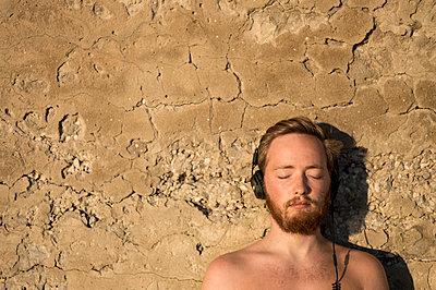 Junger Mann mit Kopfhörern - p552m1183223 von Leander Hopf