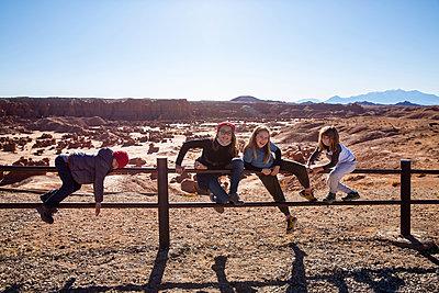 Children climbing on pasture fence, Utah, USA - p756m2263761 by Bénédicte Lassalle