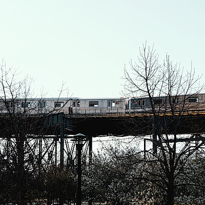 7 train on the way to Manhattan, New York City, USA - p758m2181755 by L. Ajtay