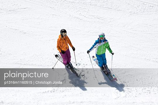 Zwei junge Skifahrerinnen auf einer Piste, See, Tirol, Österreich - p1316m1160515 von Christoph Jorda