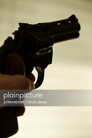 Pistole im Anschlag - p199m924381 von Oliver Jäckel