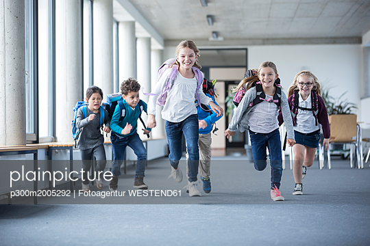 plainpicture - plainpicture p300m2005292 - Excited pupils rushing down... - plainpicture/Westend61/Fotoagentur WESTEND61