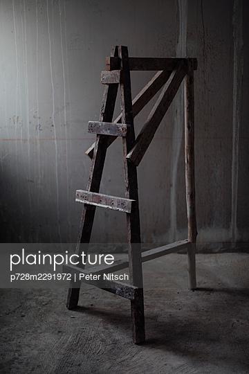 Holzleiter in Rohbau - p728m2291972 von Peter Nitsch