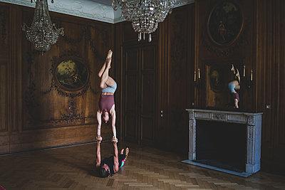 Partner acrobatics - p1295m2133577 by Katharina Bauer
