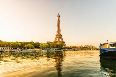 Seine mit Eiffelturm im Hintergrund am Morgen - p1332m1502731 von Tamboly