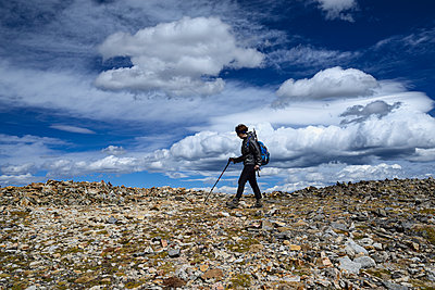Woman hiking on Square Top Mountain in Colorado - p1427m2038193 by Dermot Conlan