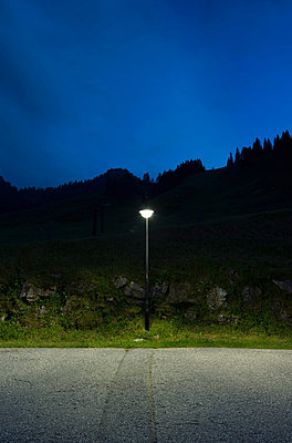 Street light by roadside, Salzburg, Austria - p429m824489 by Mischa Keijser