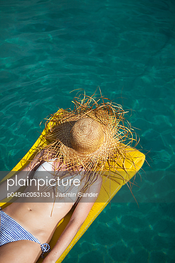 Unterm Strohhut auf der Wasseroberfläche treiben - p045m2053133 von Jasmin Sander