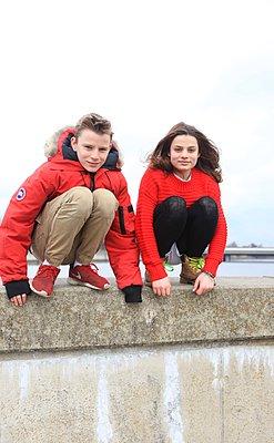 Zwei Jugendliche auf Mauer - p045m1132370 von Jasmin Sander