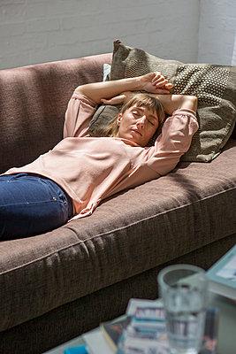 Schlafende Frau auf dem Sofa - p1156m1585816 von miep