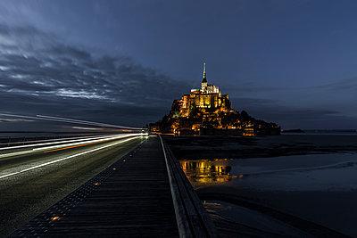 Le Mont Saint Michel bei Nacht - p248m1516167 von BY