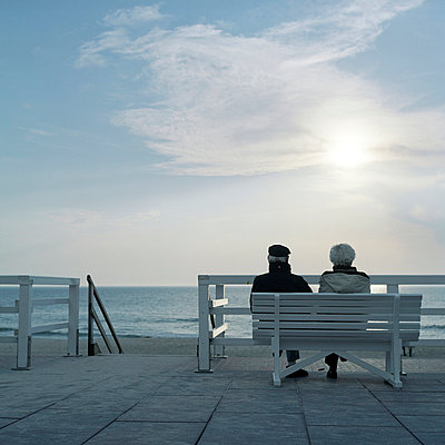 Elderly couple on a promenade  - p2670144 by Ingo Kukatz