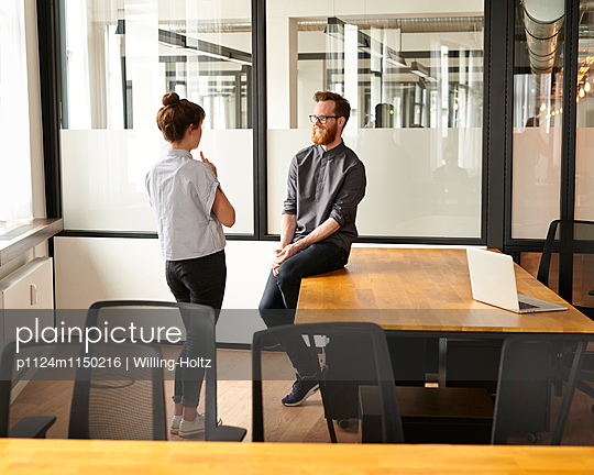 Besprechung in Büroräumen - p1124m1150216 von Willing-Holtz