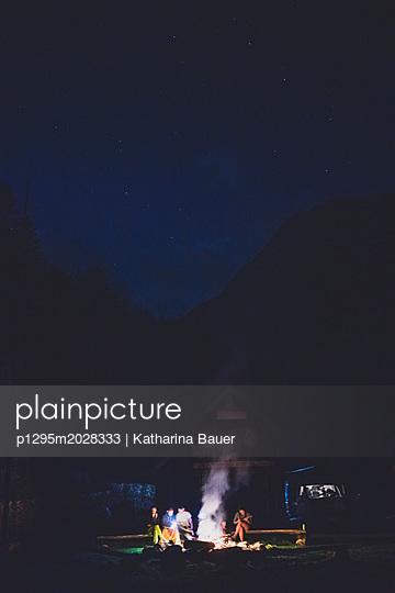 Lagerfeuer unter Sternen - p1295m2028333 von Katharina Bauer