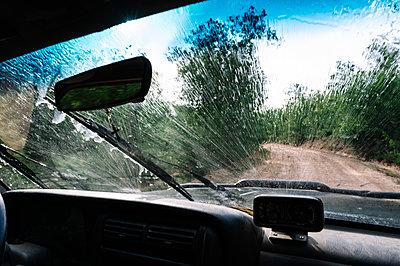 Splashing water on vehicle windshield during road trip - p300m2202717 by Jose Luis CARRASCOSA