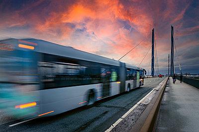 Germany, Nordrhein Westfalen, Dusseldorf, Bus crossing suspension bridge - p300m2266218 by Frank Röder