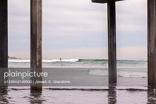 Coastal winter morning at Scripps Pier.  La Jolla, California, USA. - p1436m2149900 von Joseph S. Giacalone