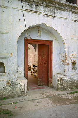 Bicycle viewed through doorway in India - p1072m830437 by Stephen Cliffe