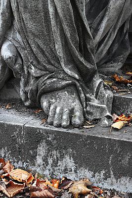 Teil einer Friedhofsskulptur    - p450m1128459 von Hanka Steidle
