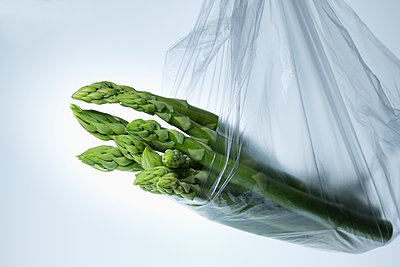 Asparagus in plastic bag over white background - p609m1101697f by STUDD